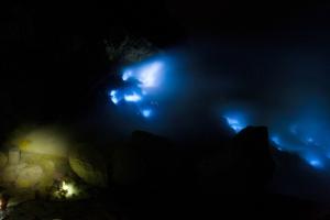 Mėlynosios liepsnos Ijen ugnikalnio krateryje.